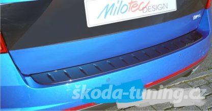 """Práh pátých dveří s výstupky (bez hrany), černý lesklý """"klavírlak"""", Škoda Octavia III.RS, r.v. 2013 / 2017"""